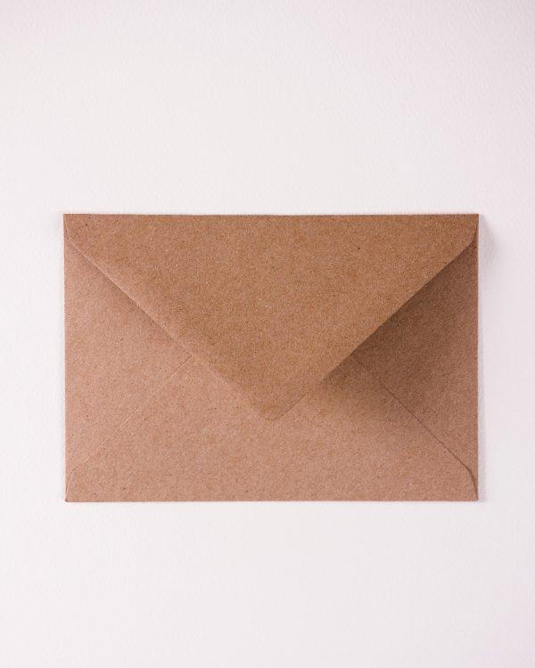 hnedé obálky z recyklovaného papiera