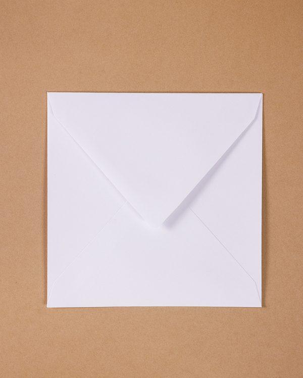 biele obálky na oznámenia / pozvánky