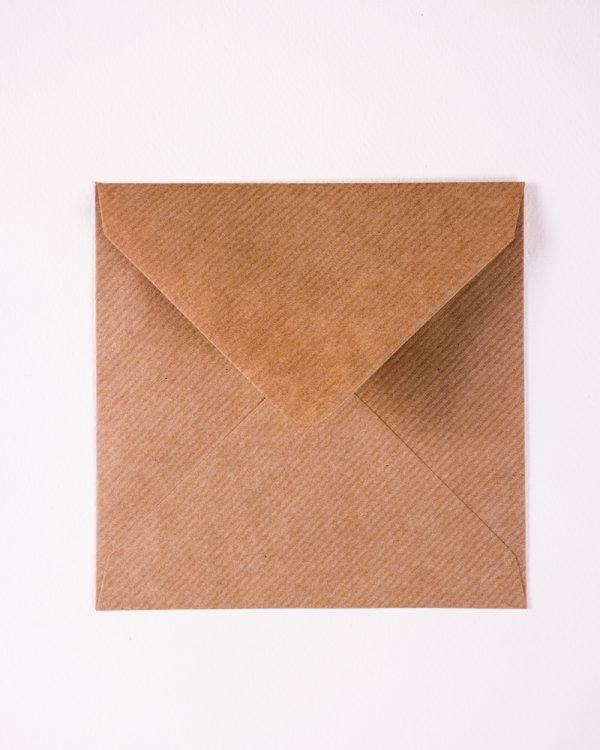 Štýlové hnedé obálky s rebrovaným vzorom na vaše oznámenia alebo pozvánky